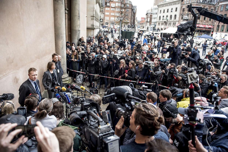 Anklager Jakob Buch-Jepsen orienterer pressen foran Københavns Byret.