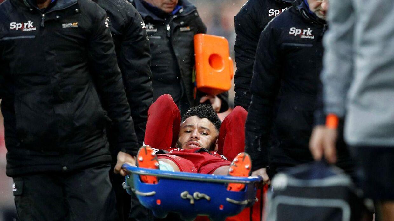 Den 24-årige midtbanespiller måtte bæres fra stadion.