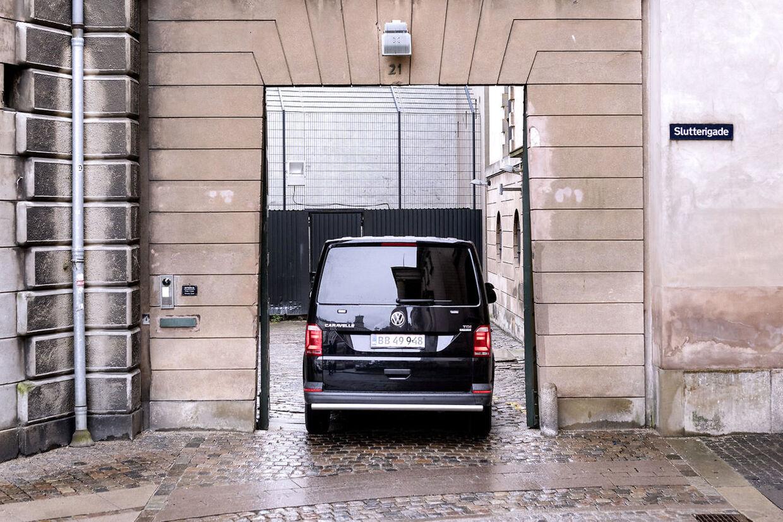 Bilen hvor Peter Madsen sandsynligvis sidder i ankommer til Københavns Byret.