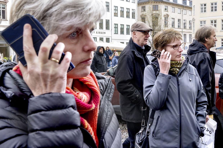 Masser af mennesker havde taget opstilling foran Københavns Byret i forbindelse, hvor de på deres mobiler fulgte domsafsigelsen.