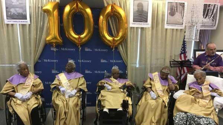 Her ses de fem 100-årige kvinder, som bor på McKinney Nursing & Rehabilitation Centre - Rebecca Gilmore, Carolyn Burton, Caroline Binns, Margaret Alcindor, Enid Peterkin og Lucy Watson.