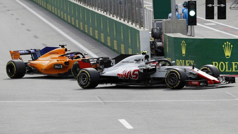 Kevin Magnussen havde en svær weekend. Her i duel med Fernando Alonso i Baku.
