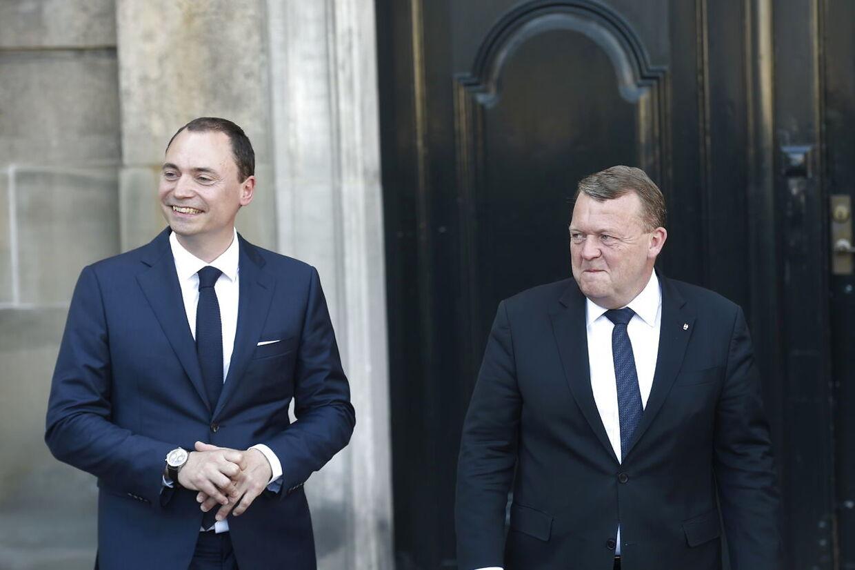 Tommy Ahlers og Lars Løkke Rasmussen foran Christian XI's Palæ, hvor statsministeren onsdag formiddag præsenterede de nye ministre for dronningen.