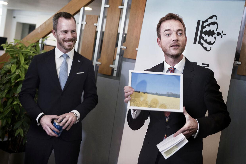 Den nyudnævnte miljø- og fødevareminister Jakob Ellemann-Jensen (V) varslede ved ministeroverdragelsen i Miljø- og fødevareministreriet den 2. maj en mere omfavnende kurs over for ulven end sin forgænger Esben Lunde Larsen (V).