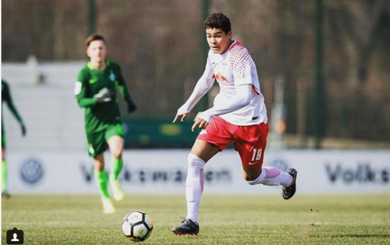 AGF-træner David Nielsens søn, Noah Emmanuel Jean Holm, spiller på den tyske klub RB Leipzigs U19-hold.