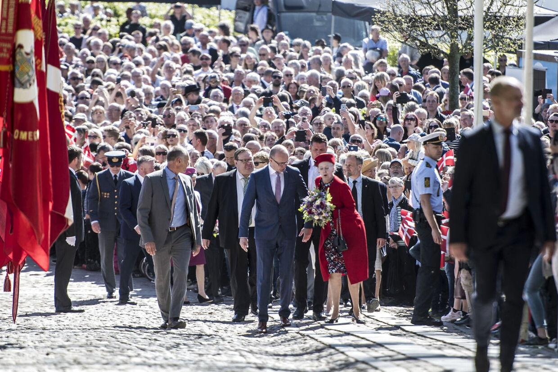 Imponerende mange var mødt op for at byde dronning Margrethe velkommen. Her er hun dog tæt på at snuble på brostenene.
