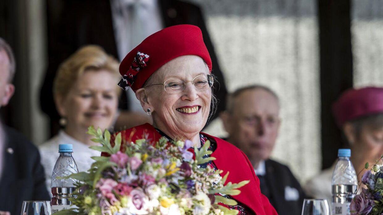 Selv om det kun er knap to måneder siden, at dronning Margrethe mistede sin mand, havde hun lørdag overskud til at smile ved det officielle besøg i Kolding.