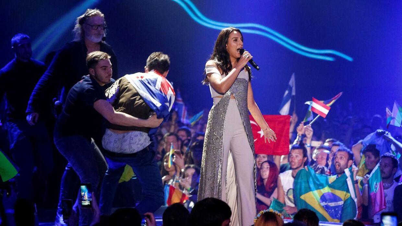 En mand valgte at storme scenen og vise bagdel, da ukrainske Jamala optrådte i 2017.