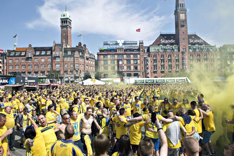 Tusindvis af Brøndby-fans tager turen fra Rådhuspladsen i København mod Telia Parken på Østerbro, hvor pokalfinalen mellem Brøndby og Silkeborg spilles torsdag klokken 17.