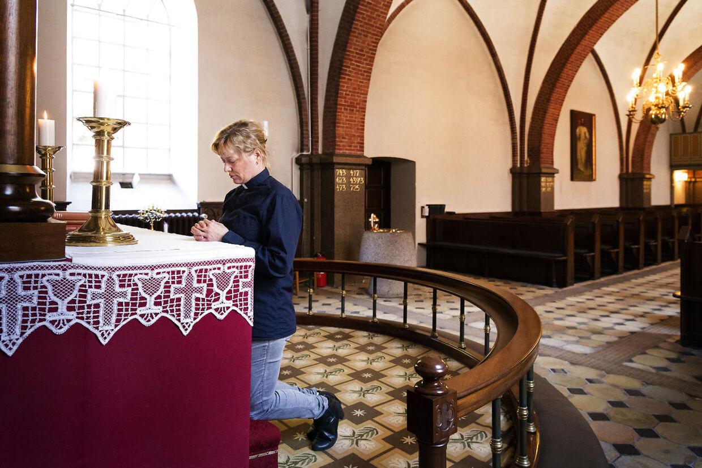 Før Ulla Thorjørn Hansen tager ud på dødsbud, beder hun en bøn for sig selv, for de andre, der skal overbringe budskabet, og den familie, der lige om lidt skal have at vide, at en af deres kære er død.