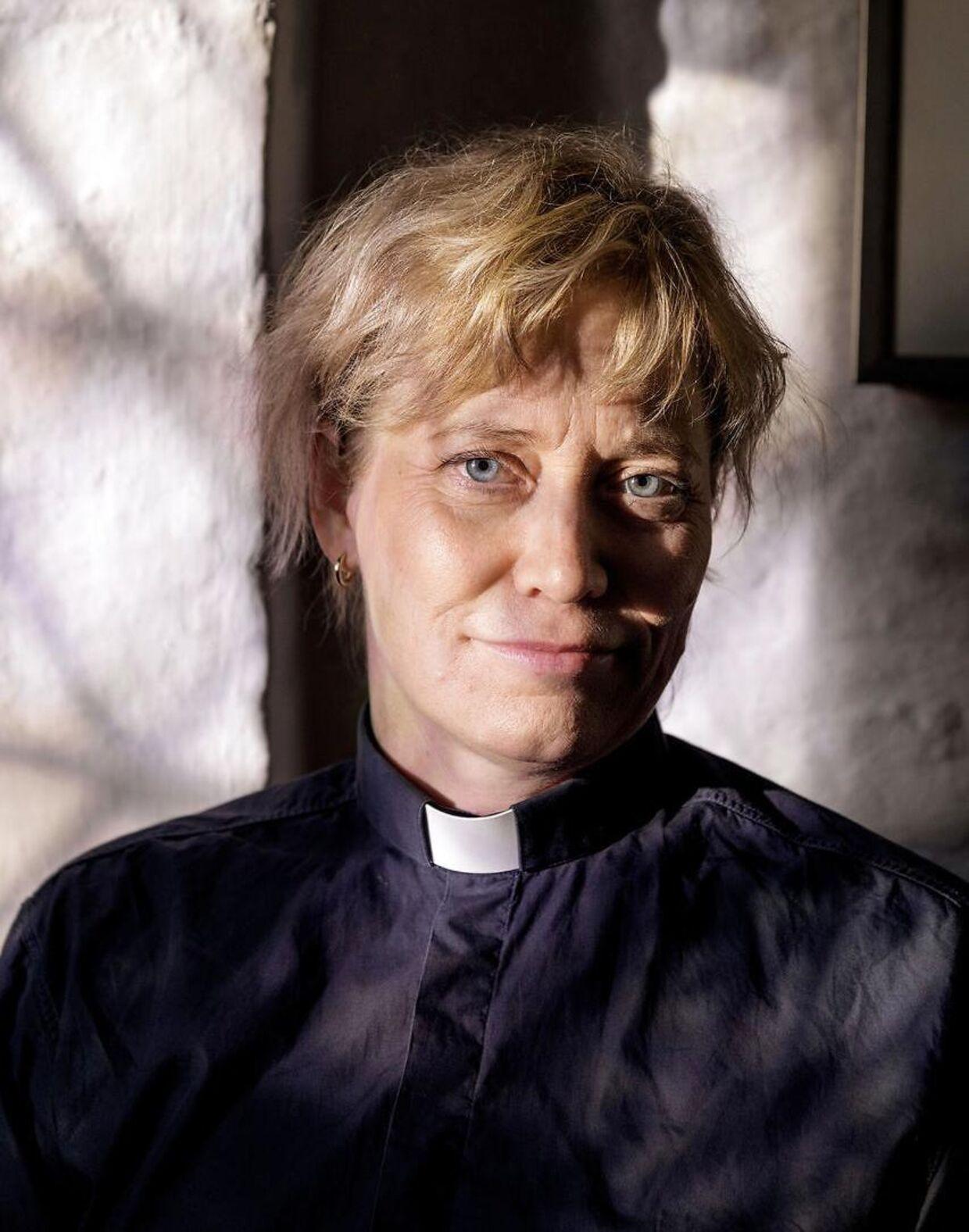 Når Ulla Thorbjørn Hansen går dødsbud med politiet, trækker hun i sin blå beredskabsskjorte med en lille flip. Både for hendes egen men også for de pårørendes skyld: »Så kan de se, at der er noget galt.«