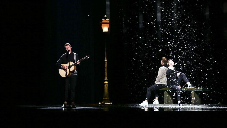 Her ses den irske sanger Ryan O'Shaughnessy på scenen sammen med de to mandlige dansere.
