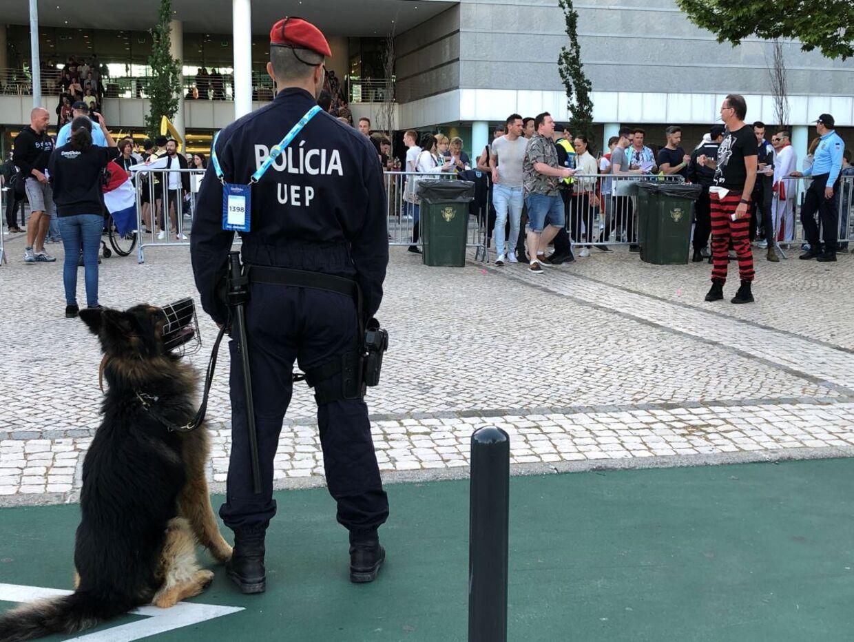 Betjente med politihunde holder øje med publikum, der ankommer til AltiCe Arena, hvor Eurovision afholdes i år.