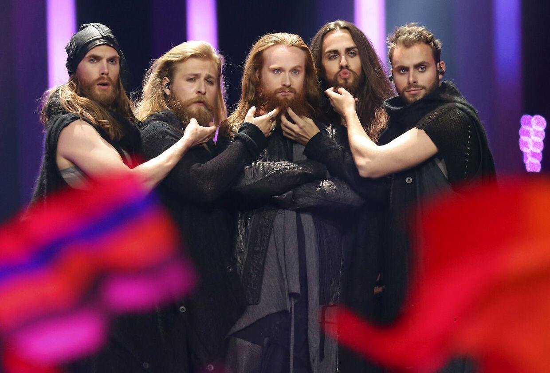 Vikingerne nuldrer skæg under flagceremonien.