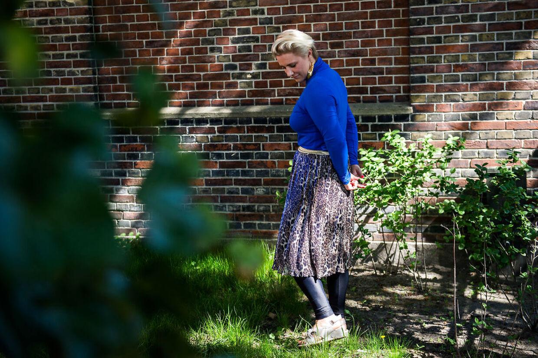 Mette Helena viser rundt i sansehaven i Dannerhuset i København.