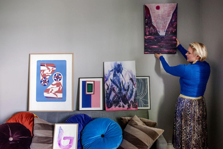 Mette Helena Rasmussen er i gang med at indrette beboerrummet i Dannerhuset i København. Rummet skal bl.a. bruges af de frivillige og beboerne i det daglige, hvor de kan mødes og hygge sig sammen.