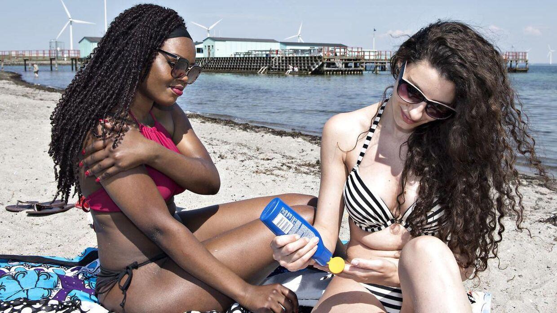 Amager Strand tirsdag eftermiddag. Jemina 25 år fra Kenya og Pelin 25 år fra Tyrkiet.