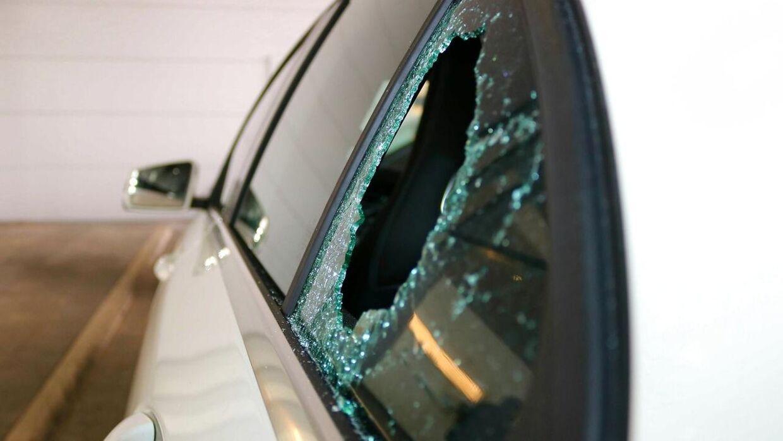 Det er ofte via det bagerste vindue bag passagersædet tyven kommer ind i bilen. Arkivfoto.