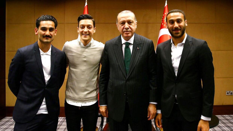 Den tyrkiske præsident Tayyip Erdogan (nr. 3 fra venstre) med Ilkay Gundogan (yderst til venstre), Mesut Özil og Cenk Tosun (yderst til højre). Billedet her er fra den 13. maj, London.
