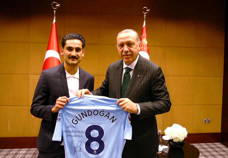 Ilkay Gundogan, fodboldspiller i Manchester City med Tyrkiets præsident Tayyip Erdogan (th.). London den 13. maj.