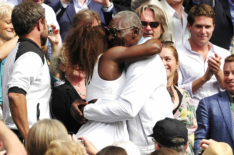 Serena Williams krammer sin far efter Wimbledon-sejren i 2017.