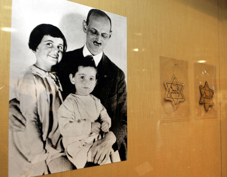 Otto Frank med sine to døtre Anne og Margot som helt små børn.