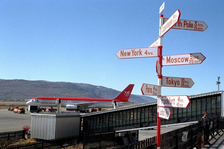 I juni 1998 blev et Boeing 757 Grønlandsfly fotograferet i lufthavnen i Søndre Strømfjord, da firmaets atlantrute blev indviet mellem Danmark og Grønland. Nu overvejer landsstyret at lade kinesiske entreprenører bygge lufthavne i Grønland. Scanpix/Bjarne Lüthcke/arkiv