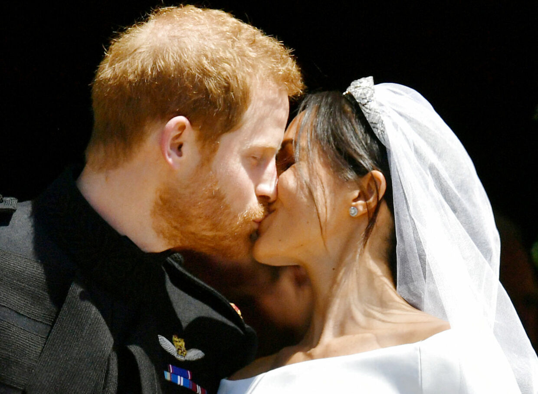 Prince Harry and Meghan Markle kysser på trapperne foran St George's Chapel efter deres bryllup.