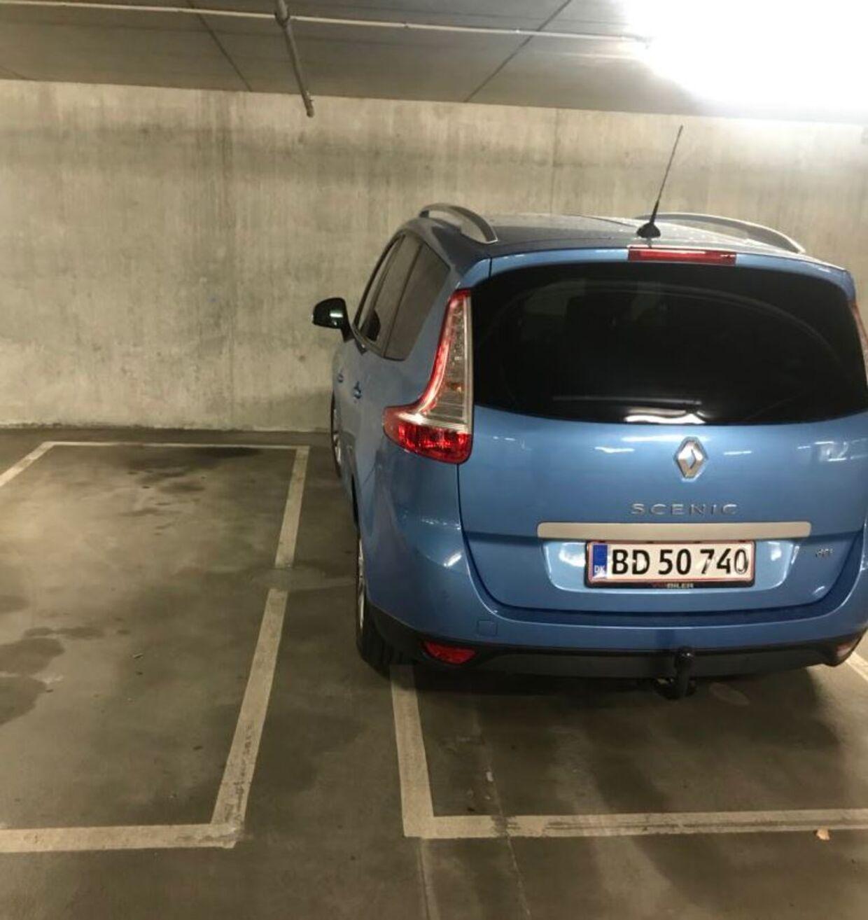 Benjamin Rud Elberth fik en bøde på 750 kroner for denne parkering.
