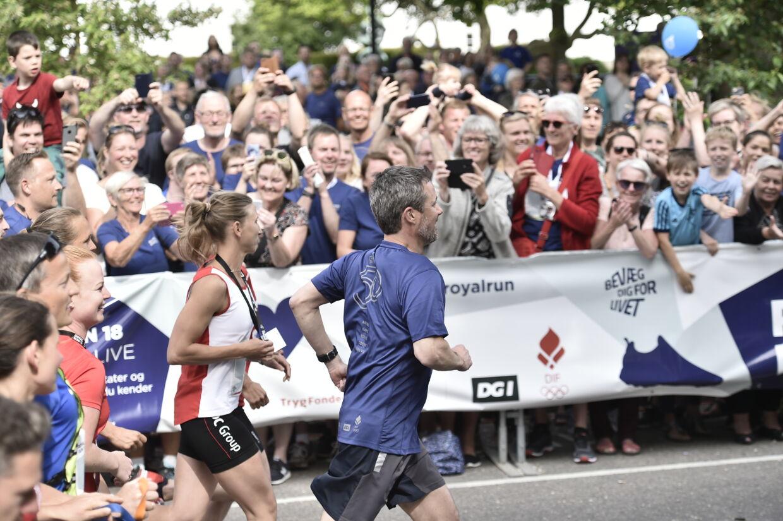 """Kronprins Frederik løber """"Royal Run"""" i Odense,mandag den 21. maj 2018. I løbet af dagen løber Kronprinsen iDanmarks fem største byer i forbindelse med, at han fylder 50 ården 26. maj 2018. Royal Run-løbet er delt op i temaer, derafspejler Kronprinsens liv. I Odense er temaet OL. (Foto: MadsClaus Rasmussen/Scanpix 2018). (Foto: CarstenBundgaard/Ritzau Scanpix)"""