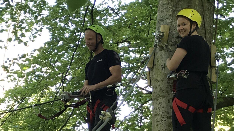 Casper Jakobsens bror, Peter sammen med sin kæreste gør klar til at svæve øjeblikke før uykken skete.