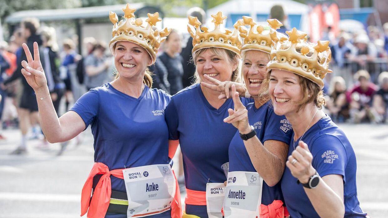 """Masser af udklædte løbere var med til at fejre Kronprins Frederik under """"Royal Run"""". Her fire friske kvinder fra København. (Foto: Nikolai Linares/Ritzau Scanpix)"""