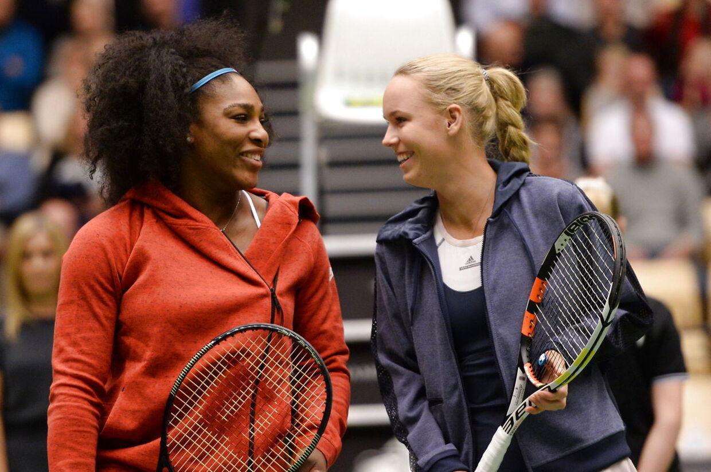Caroline Wozniacki og Serena Williams på banen i herning i 2015.