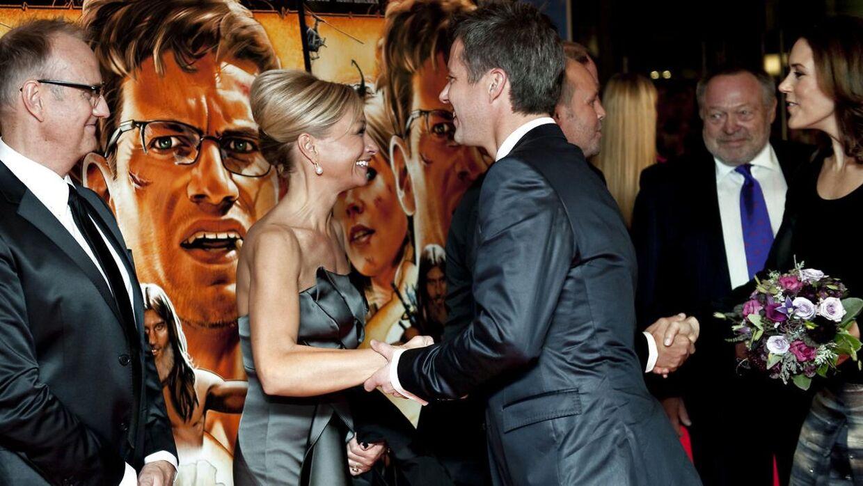 Kronprins Frederik hilser på sin ekskæreste Maria Montell ved premieren på filmen 'Ved vejs ende' i 2009.