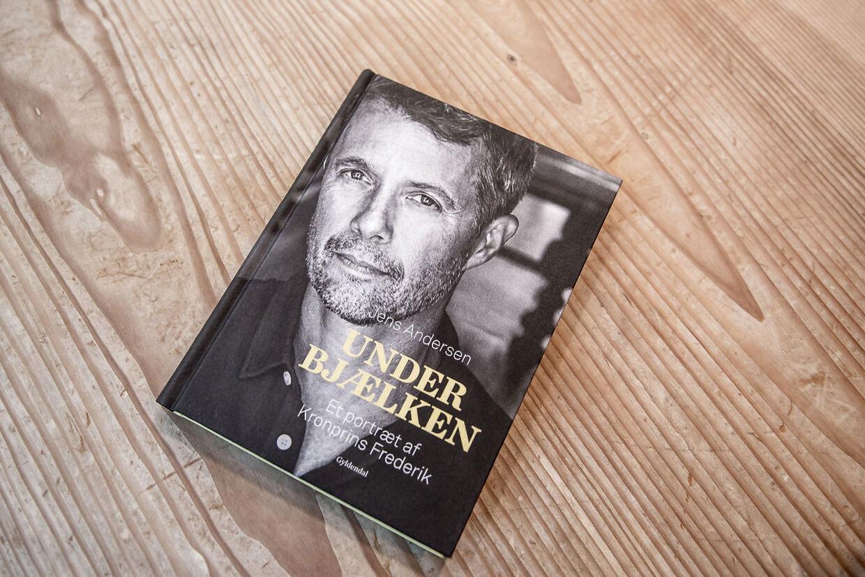 'Under bjælken - Et portræt af Kronprins Frederik,' som er skrevet af forfatter Jens Andersen.