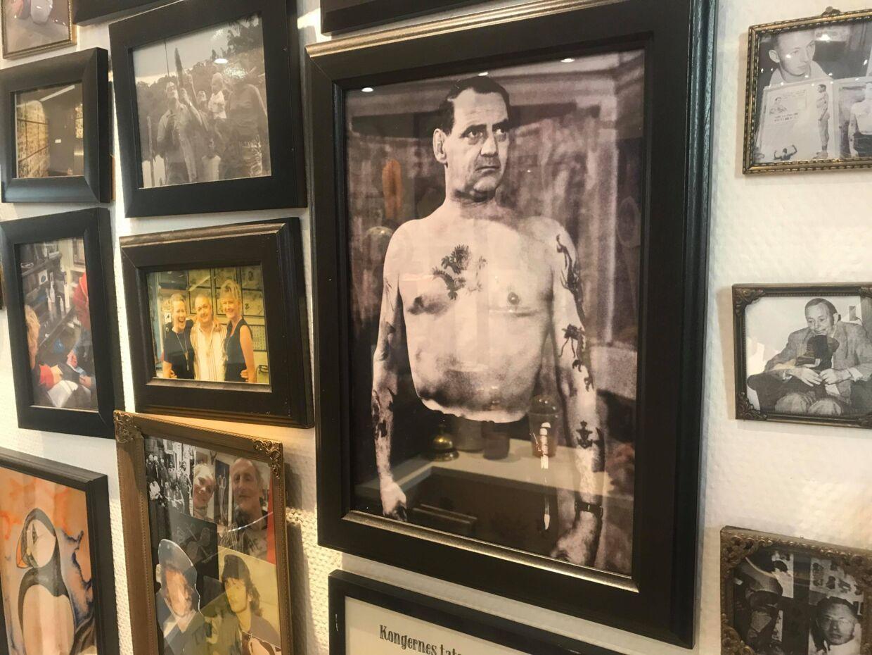 Frederik den 9. ses her på det store billede. Ifølge overleveringen fik han lavet ankeret på venstre arm og brysttatoveringen hos Tattoo Ole.