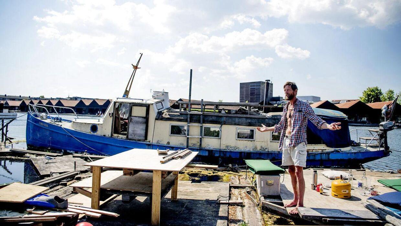 Esben Banke, som var den første, der lagde til i det, der senere blev til Fredens Havn, står foran sin båd i den klynge, der hedder Krydset. Esben medgiver, at båden har ligget stille i et stykke tid, men fortæller også, at han jævnligt har den på tur. Forrige år krydsede han Østersøen, da han var inviteret til Folkemødet på Bornholm. Foto: Nils Meilvang.