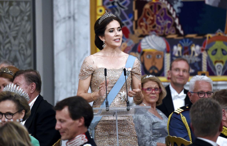 Kronprinsesse Mary holder tale for Kronprins Frederik ved Gallataflet på Christiansborg Slot.