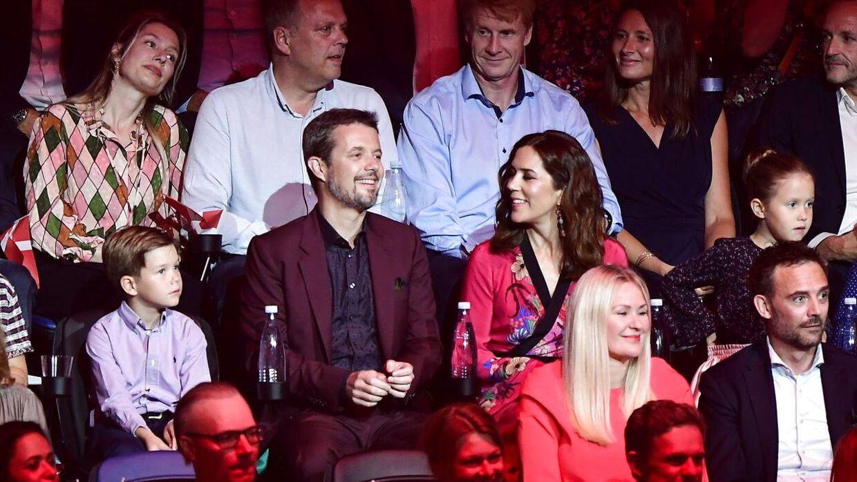 Kronprinsen med familie fotograferet under DRs store fødselsdagsshow 'Hele Danmark fejrer Kronprinsen.'