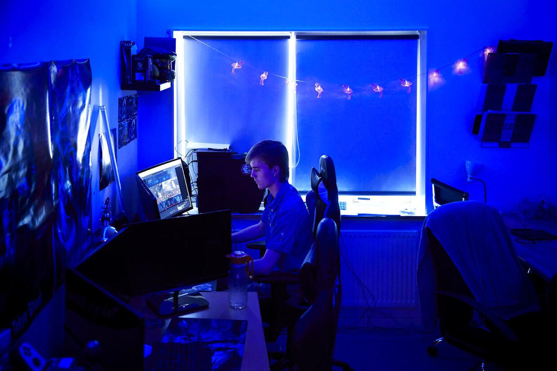 Computerskærmene har overtaget det meste af pladsen på gamer-værelset.