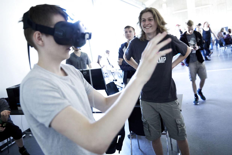 På Expo'en er der flere studerende, som har arbejdet med at programere Virtuel Reality-spil.