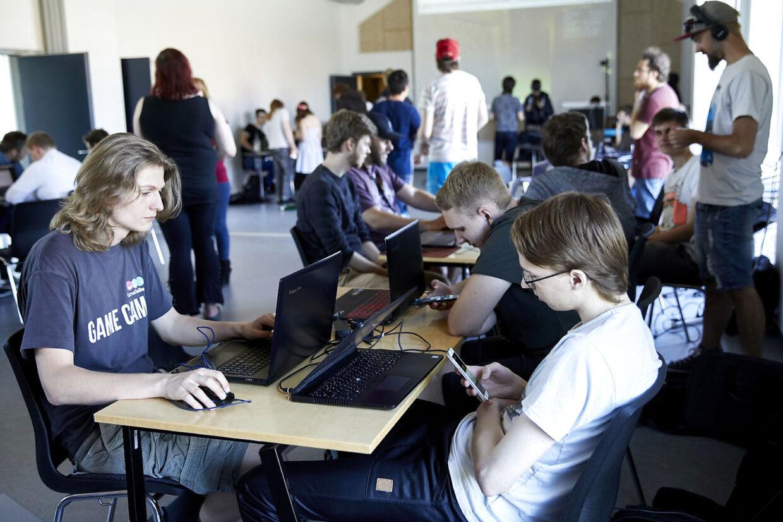 På Expo'en afprøver de studerende hinadens spil.