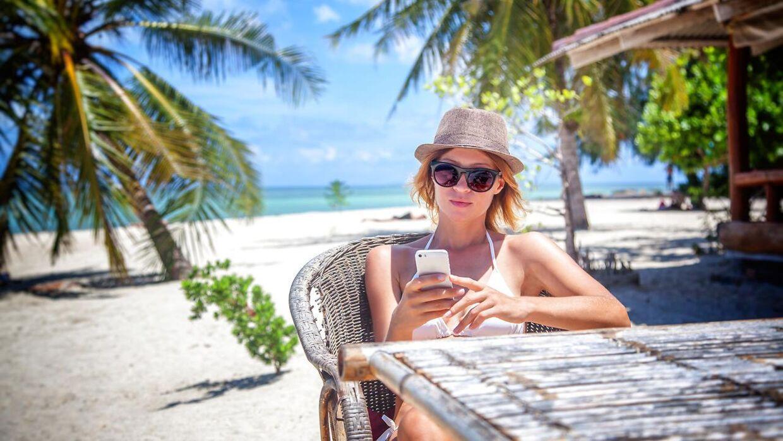 Går ferien ud af landet, så gælder det om at være varsom med mobilen. Den udgør nemlig en sikkerhedsrisiko ligeså snart du hopper på fremmede wififorbindelser og sågar også tilfældige usb-opladningsstationer.