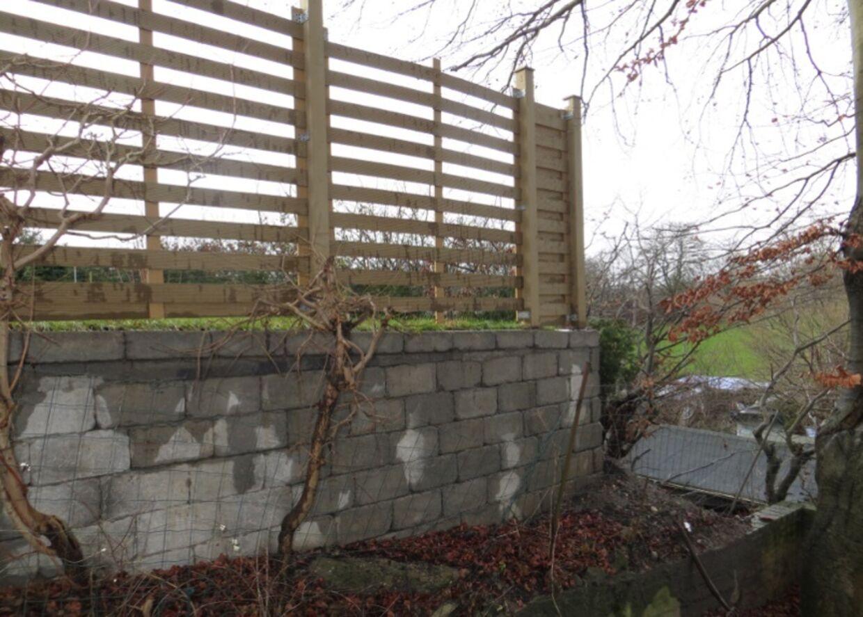 Udsigten forsvandt, da støttemuren med hegn blev opført ind til familien Sørensens grund.