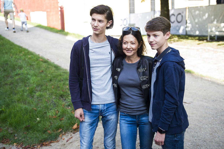 ARKIVFOTO fra 2016. Her ses grevinden med sine to sønner, Nikolai og Felix.