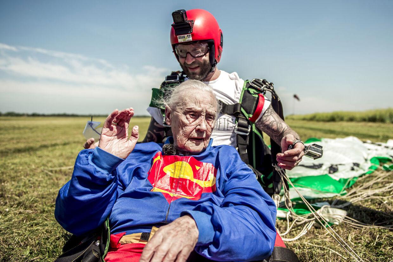 »Tusind tak for turen!« 99-årige Thyra Vadgaard er netop landet fra sit livs længste spring fra fire kilometers højde over Beldringe nord for Odense.Foto: Michael Drost-Hansen