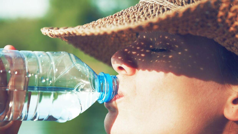 Man skal indtage mellem to og to en halv liter væske i døgnet, når det er så varmt, som det er nu.