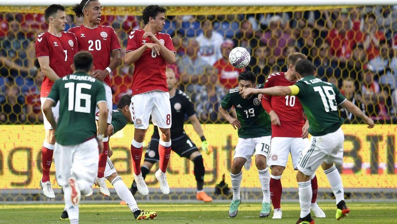 Andres Guardado fra Mexico skyder frispark under venskabslandskampen i fodbold mellem Danmark og Mexico.