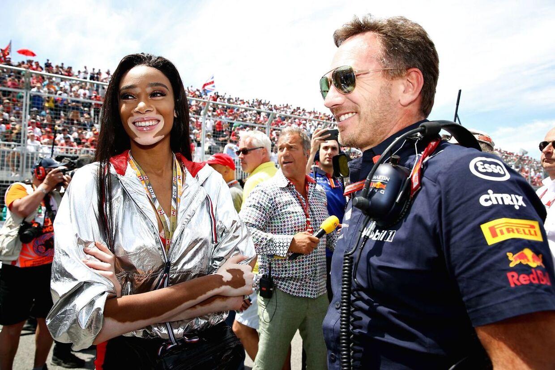 Supermodellen Winnie Harlow viftede for tidligt med det ternede flag. Her ses i samtale med Red Bull-bossen Christian Horner inden løbet.
