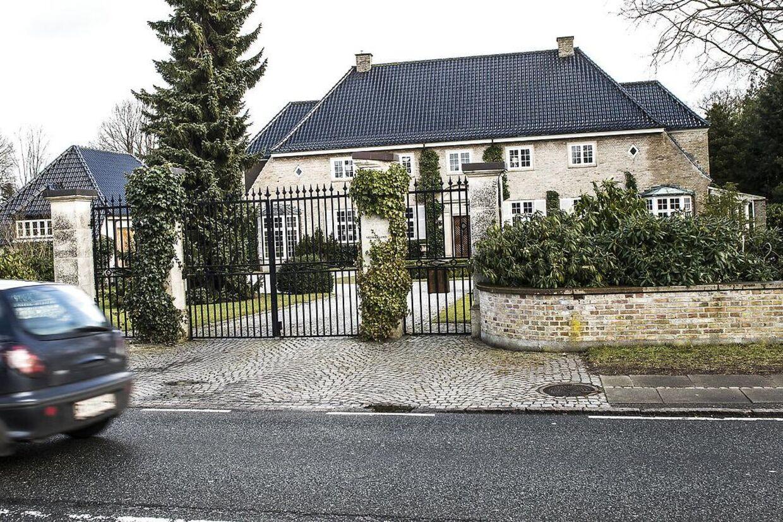 Karsten Ree har sørget for at sikre sin store villa i Vedbæk godt efter to voldsomme hjemmerøverier i kvarteret. Kvarteret bøvler dog fortsat med indbrud:»Der er fandeme mange indbrud her på vejen for tiden. Stort set alle har haft indbrud – pånær ham på den anden side af vejen. Men han har også en hund på størrelse med en løve,« fortæller Ree.